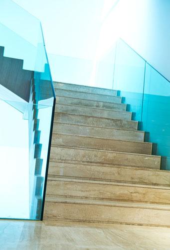 Een balustrade van glas geeft extra ruimte aan uw woning of terras - Railing trap ontwerp ...