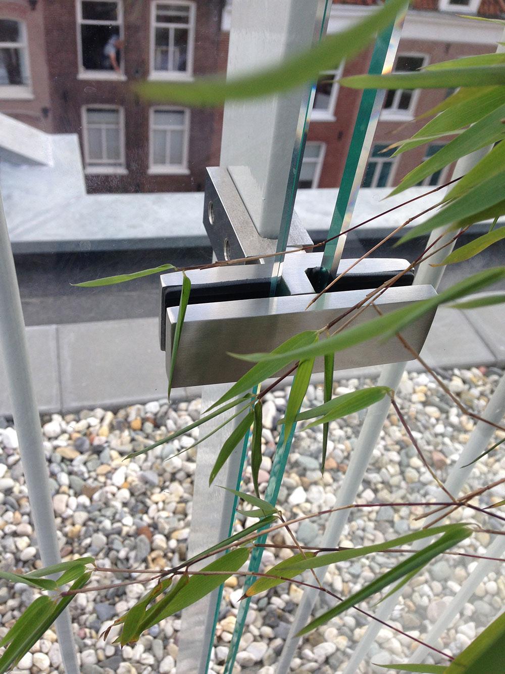 Een balustrade van glas geeft extra ruimte aan uw woning of terras.