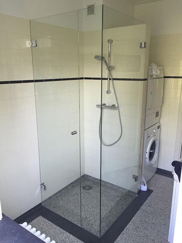 een glazen douchedeur ingemeten en op maat gemaakt, Badkamer