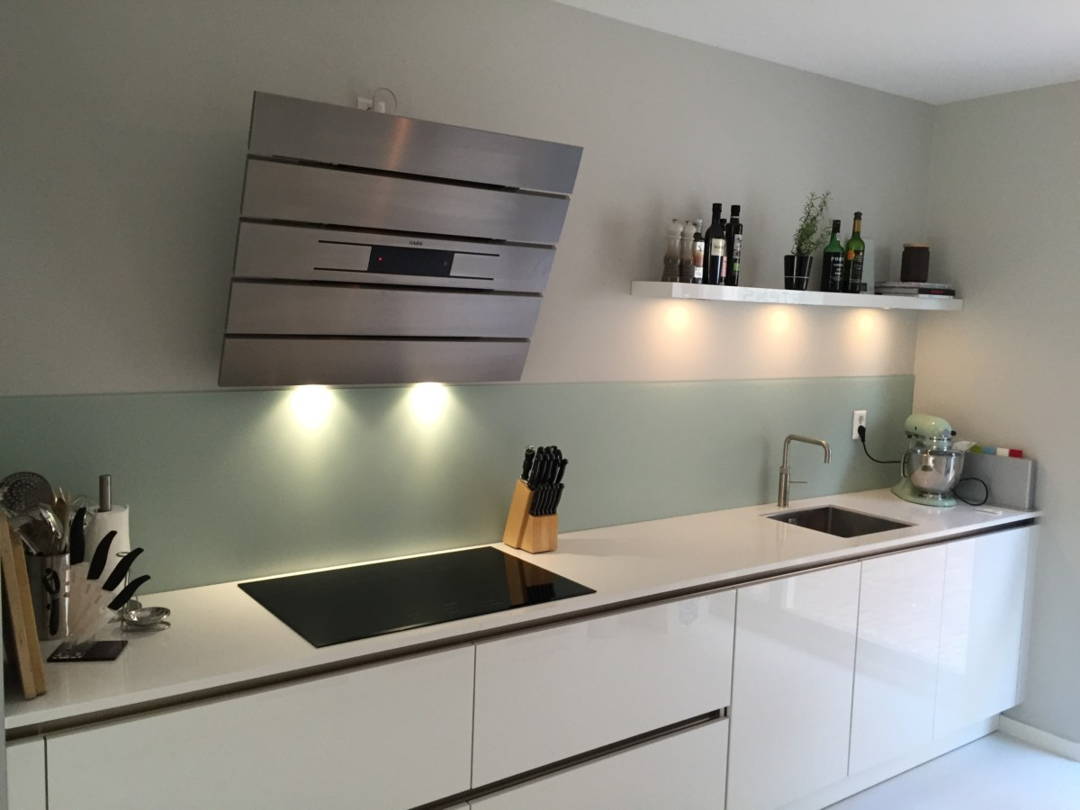 Glazen Keuken Achterwand : Glazen wand keuken. latest moderne keuken met donkere achterwand