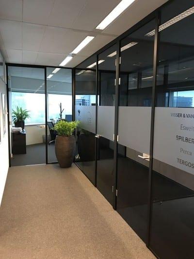 scheidingswand-zwart-glas-kantoor